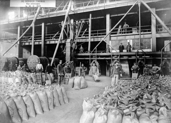 Ouvriers polonais dans un atelier de broyage de scories phosphatées, dans le nord de la France, en 1922.