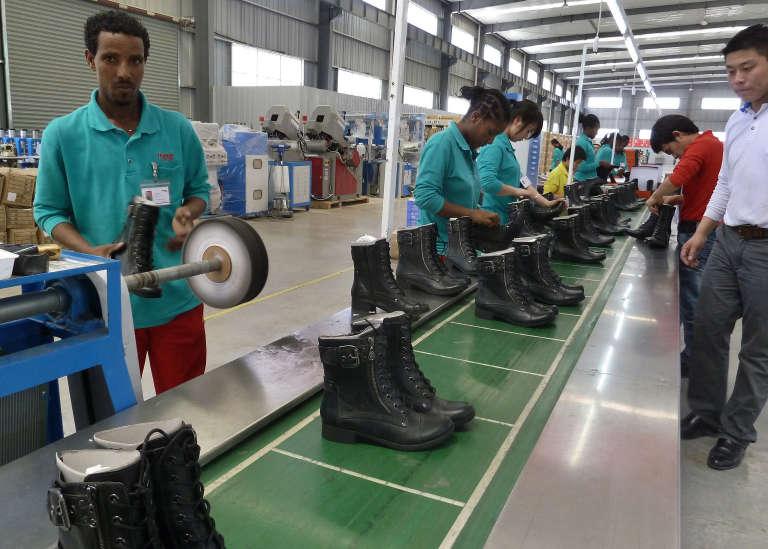 Dans l'usine de chaussures de l'entreprise chinoise Huajian à Dukem, en Ethiopie, en avril 2012.