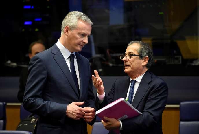 Le ministre français de l'économie et des finances, Bruno Le Maire (à gauche), s'entretient avec son homologue italien, Giovanni Tria, lors d'une réunion de l'Eurogroupe, à Luxembourg, le 1er octobre.