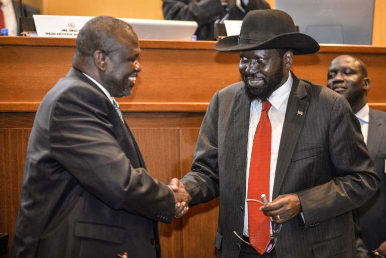 Le président sud-soudanais Salva Kiir (coiffé d'un chapeau) et son ancien vice-président Riek Machar, à Addis-Abeba, en Ethiopie, le 12 septembre 2018.