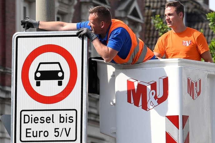 A Hamburg, le 16 mai, installation de panneaux interdisant l'entrée de la ville aux véhicules diesel les plus anciens.