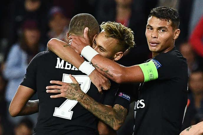 Kylian Mbappé et Thiago Silva félicitent Neymar, le 3 octobre 2018 au Parc des Princes.