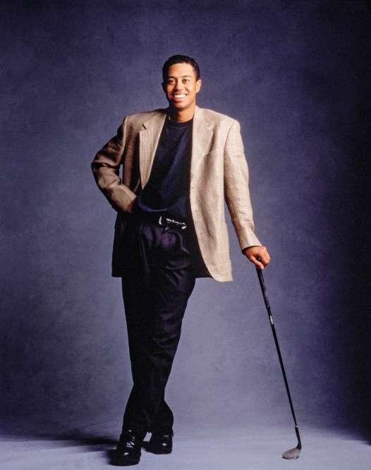 Le golfeur n'est plus un ado. Devenu joueur professionnel et vedette internationale («Sports Illustrated» vient de l'élire sportif de l'année aux Etats-Unis), il semble même avoir vieilli de dix ans. Ou vingt. En réalité, ce blazer aux épaules trop souples et à l'emmanchure bien trop basse, taillé dans un lin couleur brun, fait directement passer Tiger Woods de la crise d'adolescence à celle de la quarantaine.