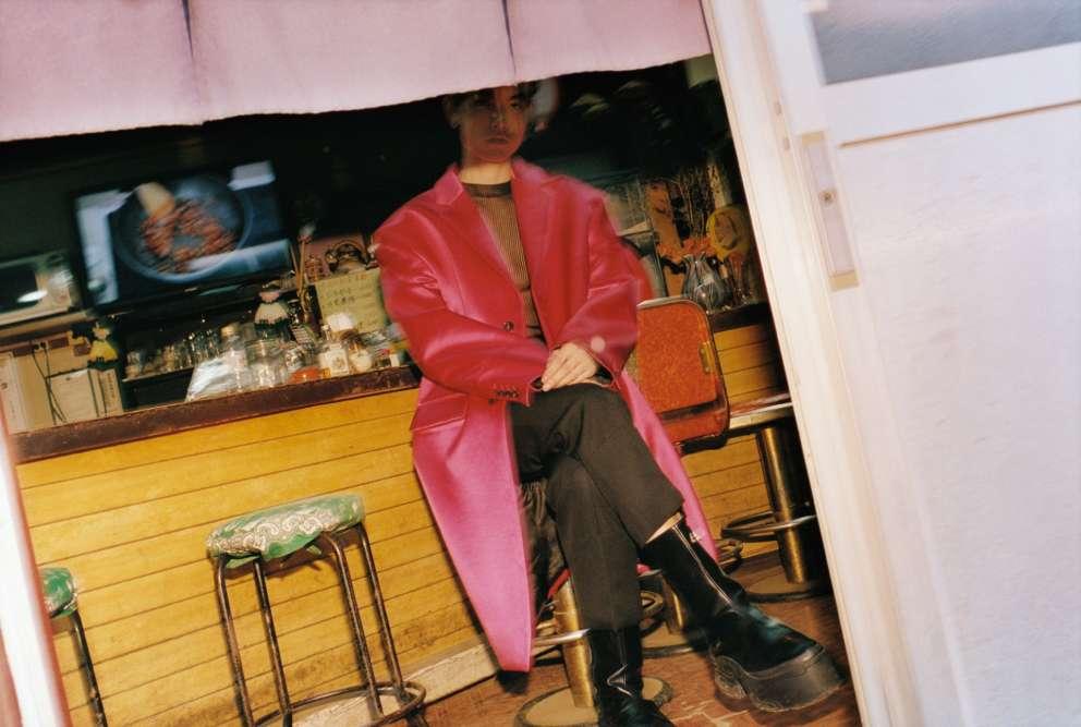 Pantalon en laine, Sean Suen. Manteau en coton et satin, et top en résille, Raf Simons. Pantalon en laine, Lanvin.