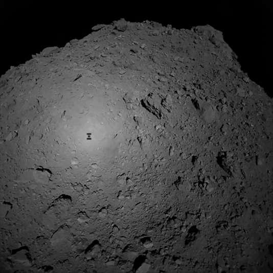 L'ombre de la sonde Hayabusa2, le 3octobre, au moment du largage du robot Mascot sur l'astéroïde Ryugu.
