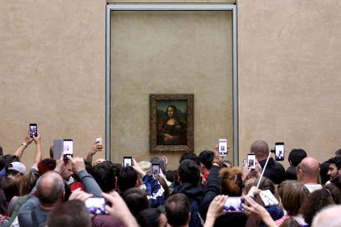 Devant « La Joconde » de Léonard de Vinci, au Louvre, à Paris, en avril.