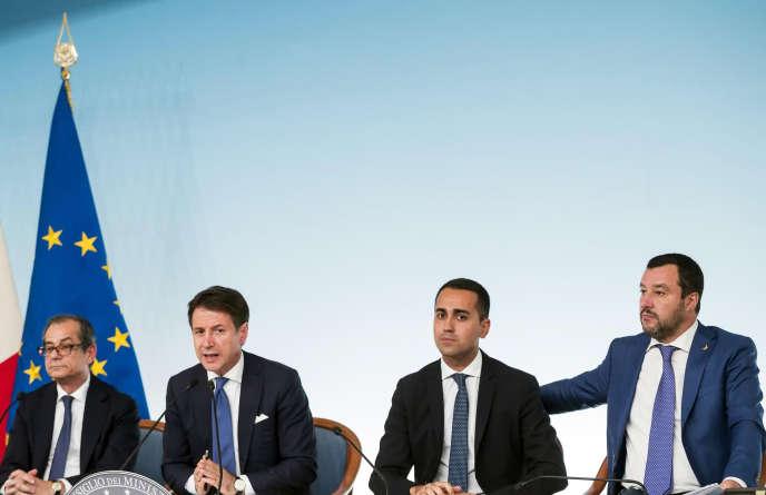 Le ministre de l'économie, le chef du gouvernement italien, et les vice-premiers ministres, lors d'une conférence de presse, à Rome le 3 octobre.
