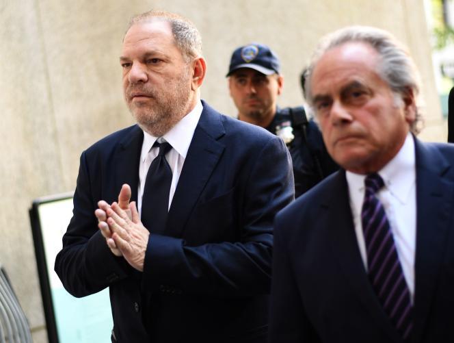 L'ex-producteur d'Hollywood Harvey Weinstein (à gauche) et son avocat, Benjamin Brafman, arrivant au tribunal à New York, le 5 juin.