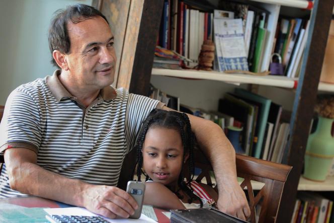 Le maire de Riace Domenico Lucano dans son bureau en 2011.
