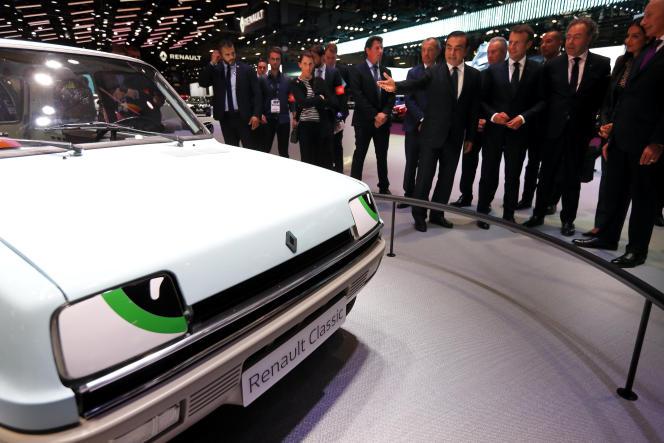 Au Mondial de l'automobile, à Paris, le 3 octobre, lors de la visite d'Emmanuel Macron.