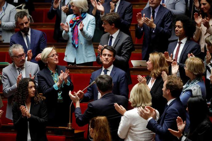 Manuel Valls, applaudi par des élus de la majorité, le 2 octobre à l'Assemblée nationale.