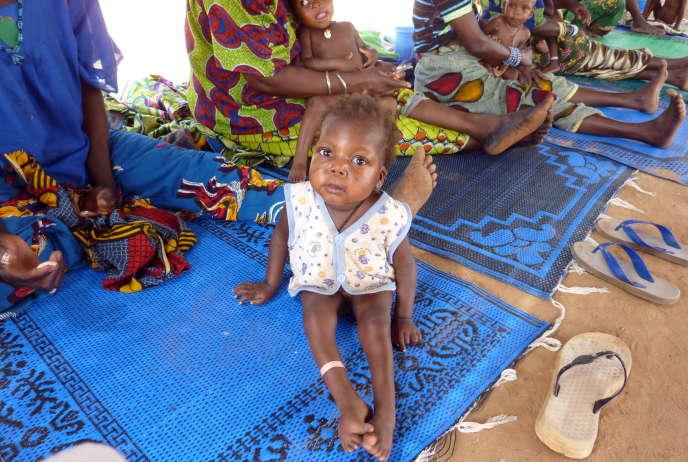 Un bébé souffrant de malnutrition et du paludisme dans un centre de l'ONG Médecins sans frontières àGuidan-Roumdji, dans le sud du Niger, en avril 2010.