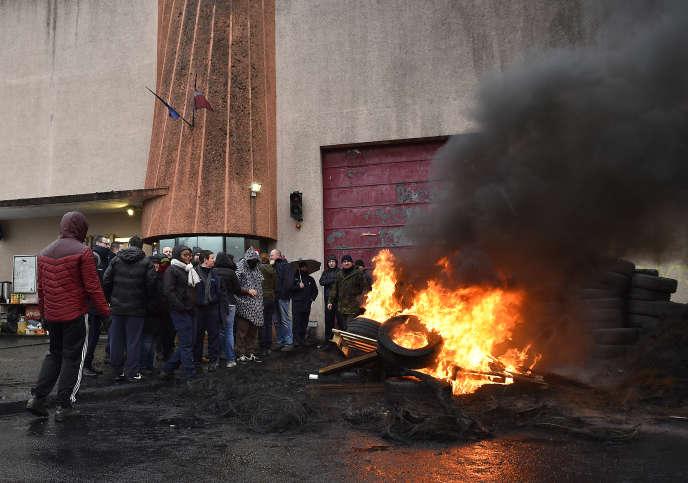 Manifestation de surveillants devant le centre pénitentiaire deMetz-Queuleu, le 25 janvier 2018.