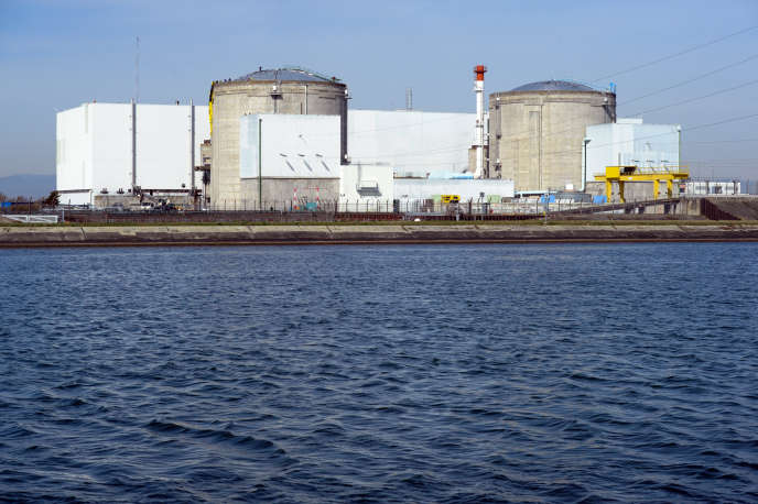 La centrale de Fessenheim, qui génère d'importantes recettes fiscales pour les collectivités, emploie directement 850salariés d'EDF et environ 350employés permanents d'entreprises prestataires.