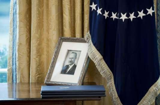 Une photo de Fred Trump, son père, dans le Bureau ovale de la Maison Blanche.