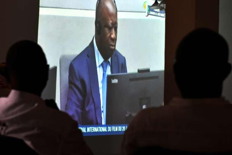 Des Ivoiriens regardent, depuis Abidjan, une retransmission de l'audience de la Cour pénale internationale dans le procès de l'ex-présidentLaurent Gbagbo, le 1eroctobre2018.