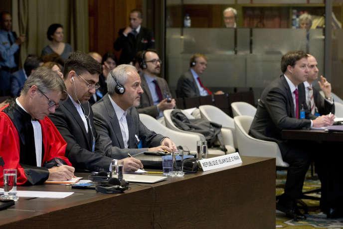 Le représentant iranien Mohammed Zahedin Labbaf, troisième en partant de la gauche, et la délégation américaine écoutent le verdict des juges à LaHaye, aux Pays-Bas, mercredi 3 octobre 2018.