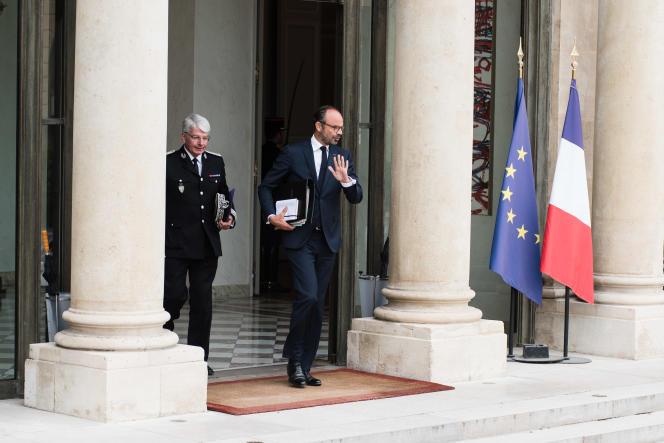 Le premier ministre, Edouard Philippe, quitte l'Elysée en compagnie du directeur de la police nationale, Eric Morvan, le 3 octobre.