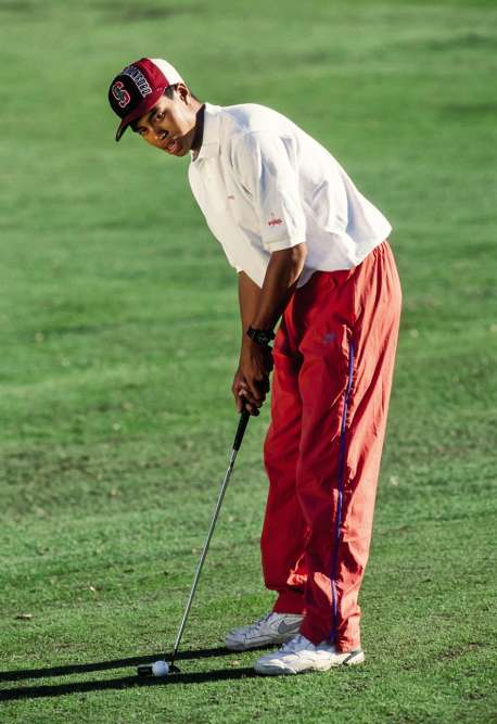 Tiger Woods a 18 ans, et vient de devenir le plus jeune champion de golf amateur des Etats-Unis, enchaînant la « une » du «New York Times» et de «USA Today». Et pourtant, il porte un vulgaire bas de jogging en polyamide, une paire de baskets avachies et une casquette criarde siglée du S de l'université Stanford. Moralité ? Nul n'est à l'abri d'une crise d'adolescence.