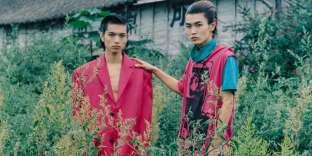 De gauche à droite, veste en coton et satin, Raf Simons. Tee-shirts en coton, Raf Simons.