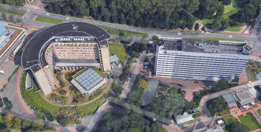 Les locaux de l'OIAC, à gauche. L'hôtel Marriott, à droite. La voiture était stationnée, selon les autorités néerlandaises, entre les deux bâtiments.