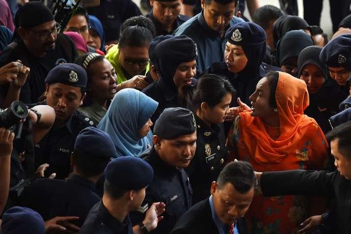 Rosmah Mansor (à droite, en tenue orange), lors de son arrivée à la cour de justice de Kuala Lumpur le 4 octobre.