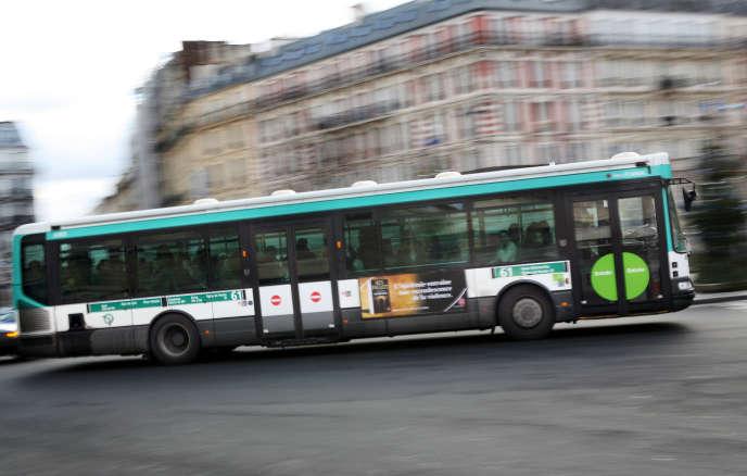 Bus de la RATP en circulation dans l'agglomération parisienne.