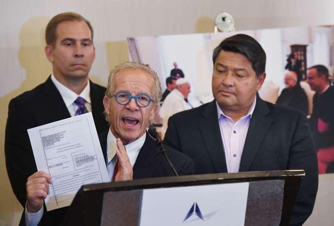 Le plaignant Manuel Vega (à droite) et l'avocat Jeff Anderson (gauche) montrant des documents juridiques lors d'une conférence de presse àLos Angeles, le 4 octobre.