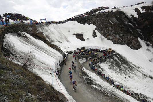 Le peloton du Tour d'Italie sur les pentes en terre du colle delle Finestre, le25mai2018.