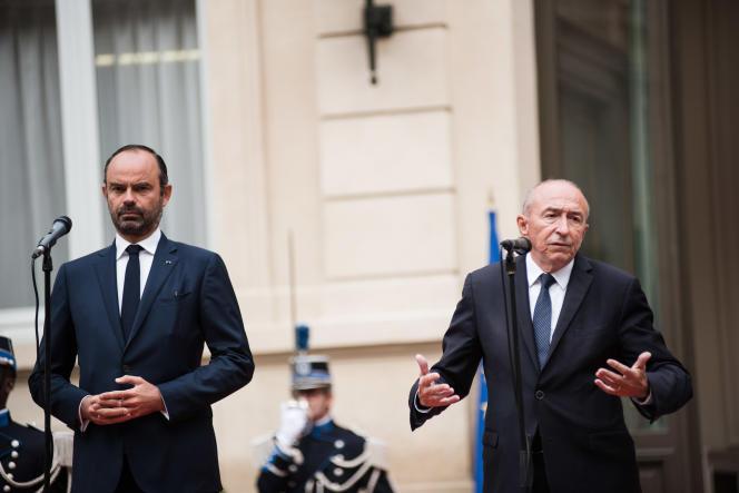 Passation de pouvoirs entre le ministre de l'intérieur, Gérard Collomb, et le premier ministre, Edouard Philippe, à Paris, le 3 octobre.