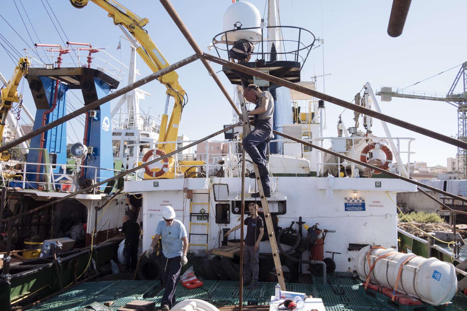 Sur le « Mare-Ionio », les derniers travaux avant l'appareillage. Crédits : Francesco Bellina / Cesura