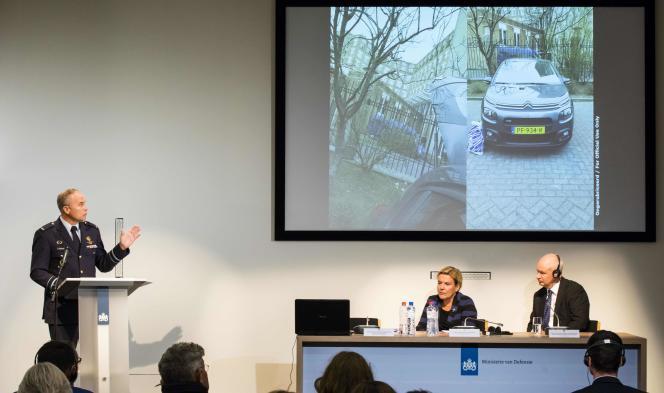 Onno Eichelsheim, chef du service de renseignement militaire néerlandais,Ank Bijleveld, ministre néerlandais de la défense, etPeter Wilson, ambassadeur britannique aux Pays-Bas, le 4 octobre à La Haye, lors d'une conférence de presse sur la tentative de piratage de l'OIAC.