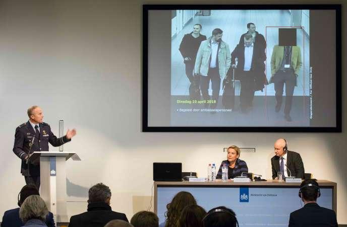 Le renseignement néerlandais présente son enquête sur la tentative de piratage informatique de l'Organisation pour l'interdiction des armes chimiques, à La Haye, le 4 octobre.