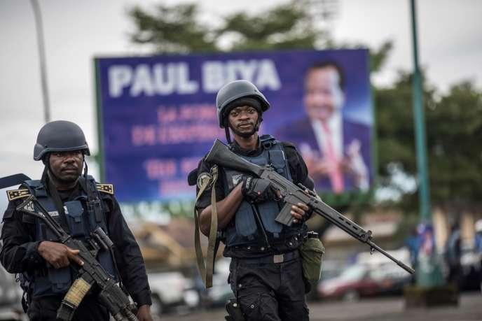 Des gendarmes camerounais dans les rues de Buéa, capitale de la région anglophone en crise du Sud-Ouest, le 3octobre2018.