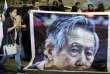Des sympathisants de l'ancien président péruvien Alberto Fujimori devant la clinique où il a été transporté en urgence, le 3 octobre.