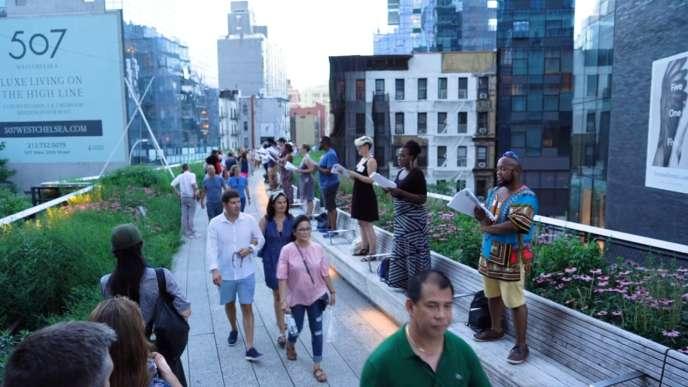 A New York, le «Mile-Long Opera» a rassemblé 1 000 choristes installés le long de la High Line, cette voie de chemin de fer désaffectée transformée depuis 2009 en trouée verte.