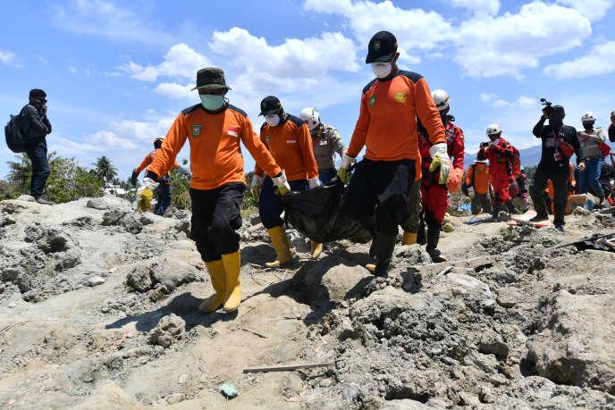 Une unité indonésienne de Search and rescue (SAR), spécialisée dans la recherche et le sauvetage, à Palu, le 5 octobre.