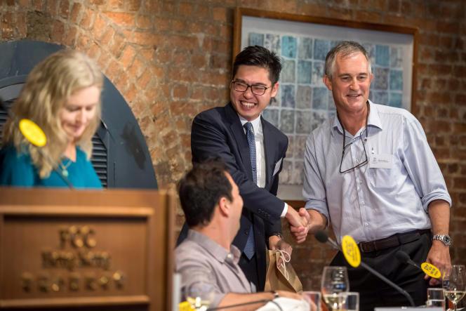 Victor Mallet,responsable Asie du «Financial Times» à Hongkong (à droite), salue Andy Chan Ho-tin, dirigeant d'un microparti qui milite pour l'indépendance (interdit depuis), le 14 août auForeign Correspondents' Club, à Hongkong.