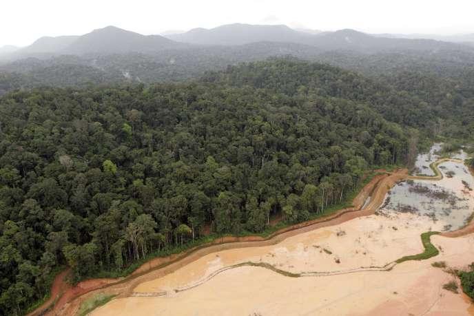 «L'extraction de l'or nécessite par jour 10 tonnes de cyanure et 20 tonnes d'explosif afin d'extraire environ 20 kilos d'or, tout en en rejetant 80 000 tonnes de déchets miniers par jour.»