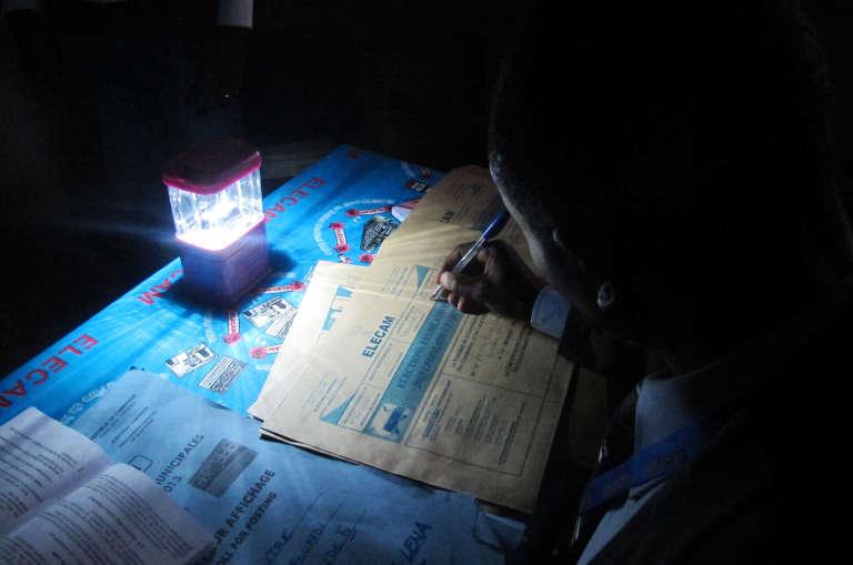 A l'issue du dépouillement des élections législatives et locales, le 30 septembre 2013, dans un bureau de vote de Yaoundé, au Cameroun.