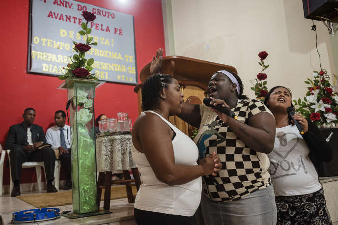 Dans une église évangélique située à Varginha, dans la banlieue de Rio de Janeiro, le 4 octobre.