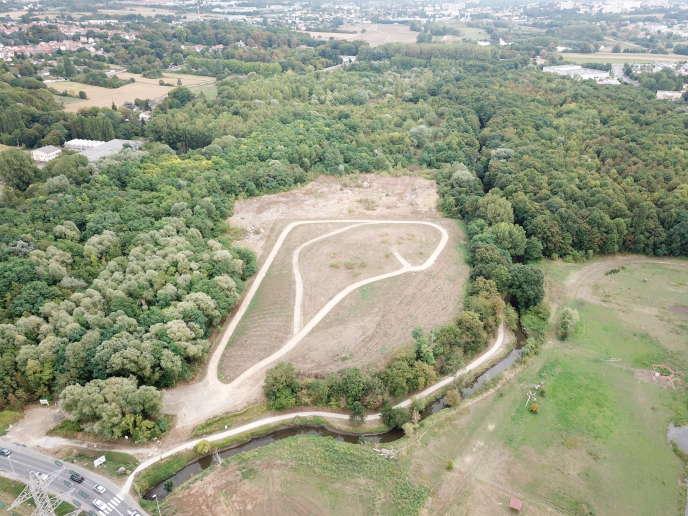 Au milieu de la zone boisée menacée par le projet de stockage de déchets inertes de Villebon-sur-Yvette, la colline-témoin du parc artificiel, façonnée en 2015-2016 sur un remblai, en bordure de la Boële, un bras de l'Yvette.