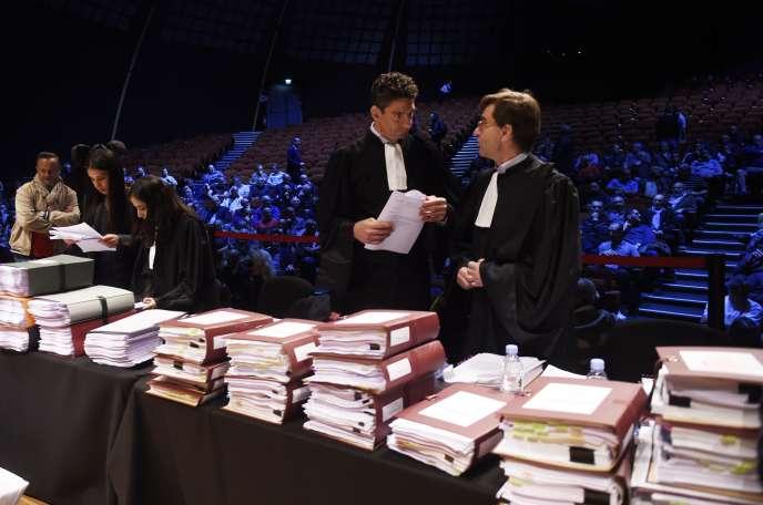 Fiodor Rilov (à gauche) avocat des salariés face à Joël Grangé avocat de Goodyear, avant l'audience, à Amiens, le 4 octobre.