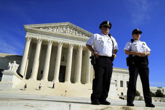 Des policiers en faction devant la Cour suprême, à Washington, le 4 octobre.