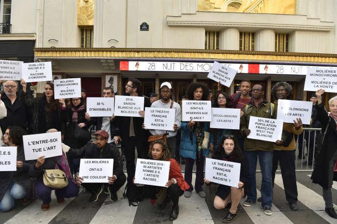 Manifestation à Paris à l'occasion de la cérémonie des Molières,récompenses du monde français du théâtre, le 23mai 2016. Sur86 artistes nommés, une seule,Sophia Aram, étaitissue de la diversité.