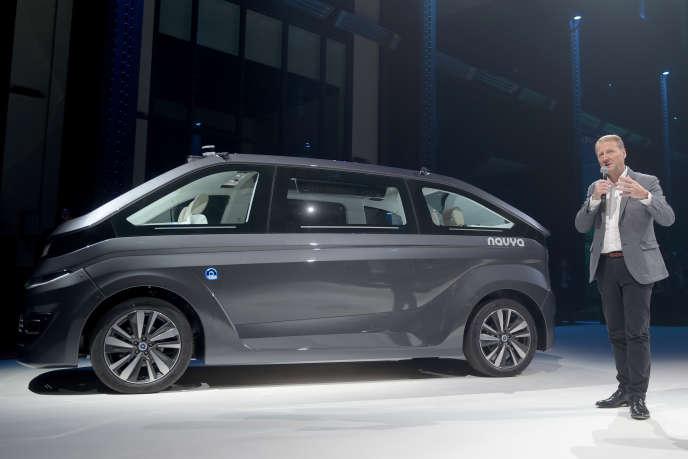 Présentation de la voiture autonome française Navya, en novembre 2017. La voiture autonome est une des innovations très coûteuses à développer.