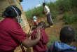 Une employée de la clinique Baylor de Mbabaneaide des enfants à cracher pour un dépistage de la tuberculose, à une dizaine de kilomètres de la capitale del'Eswatini (ex-Swaziland).