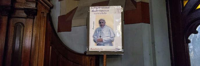 Un panneau indique le chemin du baptistère où le pape François a été baptisé, dans la basilique María Auxiliadora y San Carlos. Buenos Aires, Argentine, le 31 août 2018.