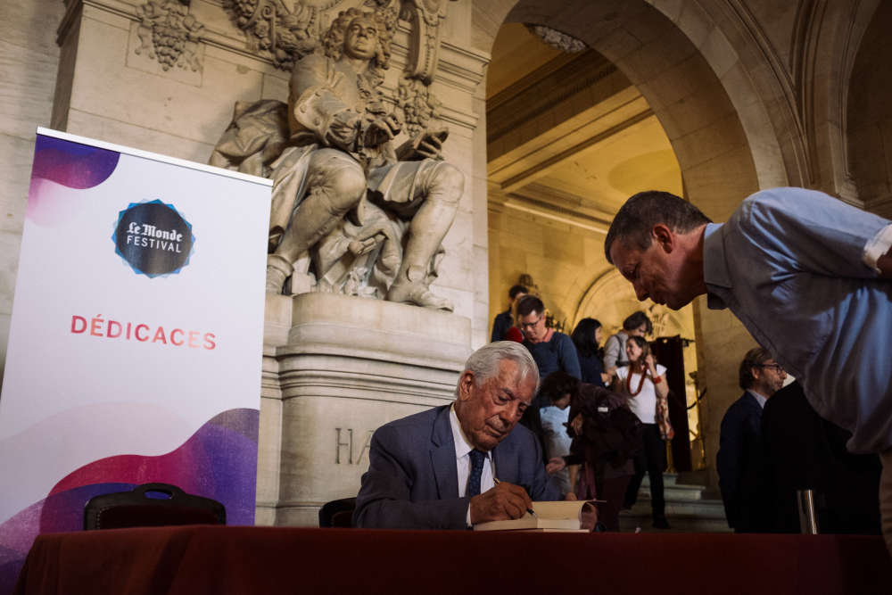 Prix Nobel de littérature, l'écrivain péruvien Mario Vargas Llosa a dédicacé quelques uns de ses ouvrages,à l'issue de sa conversationsur la situation politique de l'Amérique latine au Palais Garnier.