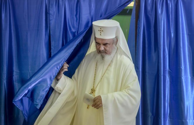 Le patriarche Daniel, à la tête de l'Eglise orthodoxe roumaine, vote, le 6 octobre.